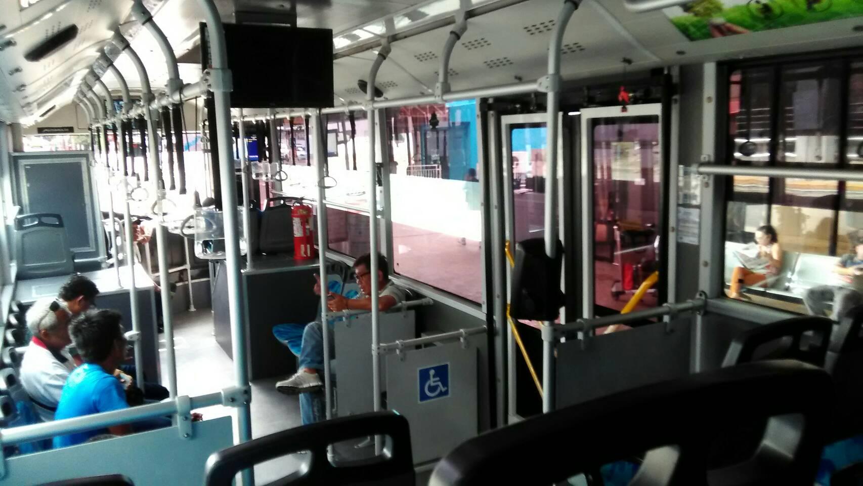 セブ空港バス内部