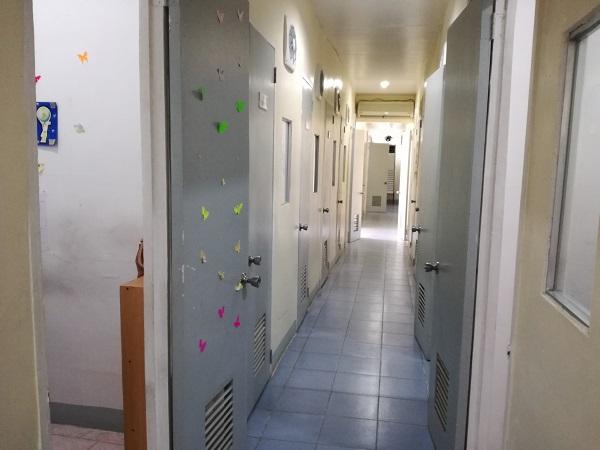 長い廊下に見える教室はすべてマンツーマン授業に使われるエリア