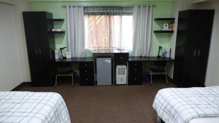 机・収納など必要な設備が完備された2人部屋